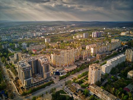 Luchtfoto drone vlucht: uitzicht op de brug over de rivier met auto's. Olt rivier, Roemenië Stockfoto