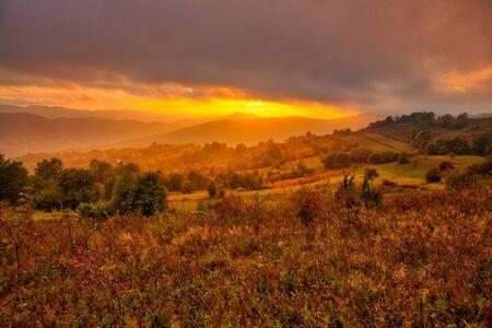 Maestoso tramonto nelle montagne dei Carpazi. Paesaggio autunnale naturale.