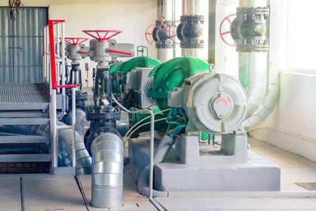 Varias bombas eléctricas de agua en la sala de una central térmica. Foto de archivo