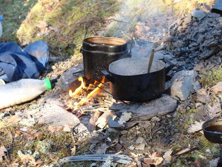 kettles: Hervidores de agua sobre la fogata