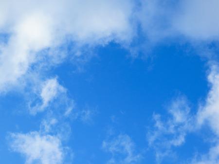 cielo de nubes: Cielo azul y las nubes  Foto de archivo
