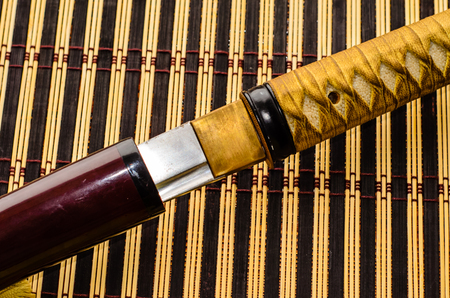 Japanische Schwertkatana auf einer Bambusmatte Standard-Bild