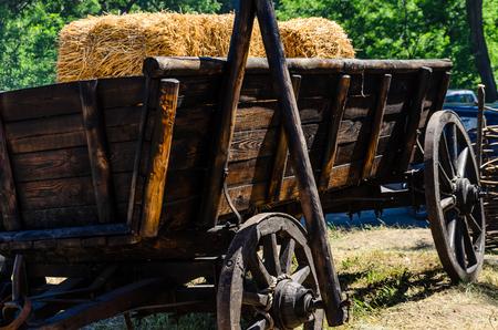 carretilla: Viejo carrito de madera rústica sobre un terreno Foto de archivo