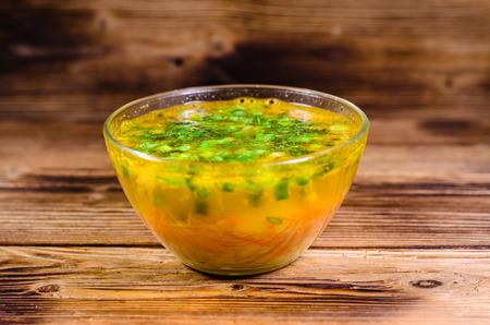 finocchio: Zuppa di verdure in una ciotola di vetro sul tavolo di legno
