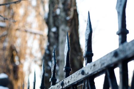 古い鋳鉄スパイク都市公園のフェンス