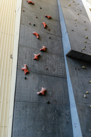 Hand hooks on empty artificial climbing wall Banque d'images