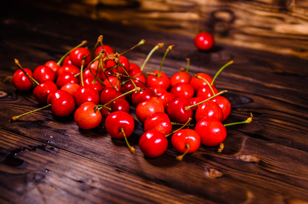 Fresh ripe cherries on rustic wooden table 免版税图像