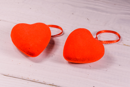 Two red hearts on white wooden table Stockfoto