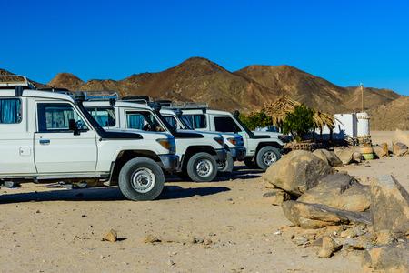 White SUVs in Arabian desert not far from Hurghada city, Egypt Standard-Bild - 116277057
