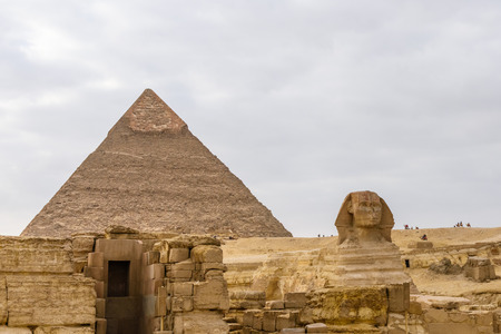 Great pyramid of Khafre and Sphinx in Giza plateau. Cairo, Egypt 免版税图像