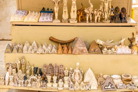 Diferentes souvenirs egipcios a la venta en la tienda de la calle Foto de archivo