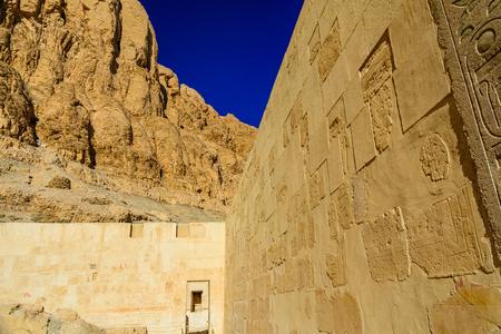 Temple of Hatshepsut under high cliffs in Luxor, Egypt 版權商用圖片