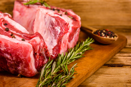 Raw pork ribs with spices and rosemary on cutting board 版權商用圖片