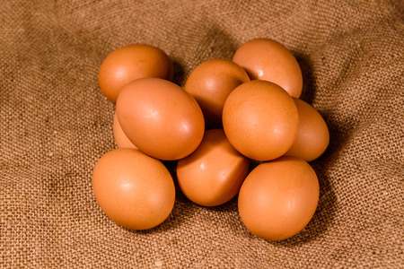 Pile of hen eggs on a sackcloth 版權商用圖片