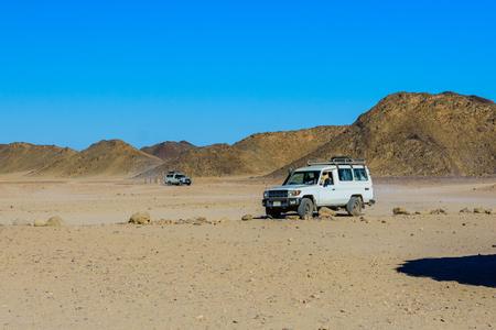 White SUVs in Arabian desert not far from Hurghada city, Egypt Standard-Bild