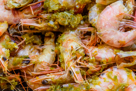 Background of the fresh boiled king shrimps with oriental herbs Banque d'images