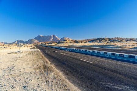 Asphalt road in arabian desert not far from Hurghada city, Egypt 版權商用圖片