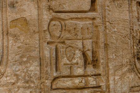 Egyptian ancient hieroglyphs on a stone wall. Closeup of symbol of eternal life ankh Stockfoto