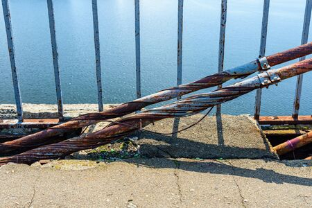 Old rusty steel rope of bridge. Closeup Banque d'images - 137890044