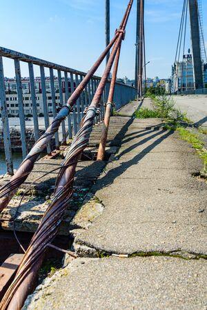 Old rusty steel rope of bridge. Closeup Banque d'images - 137890230