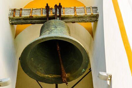 Große Glocke am Glockenturm der Kirche