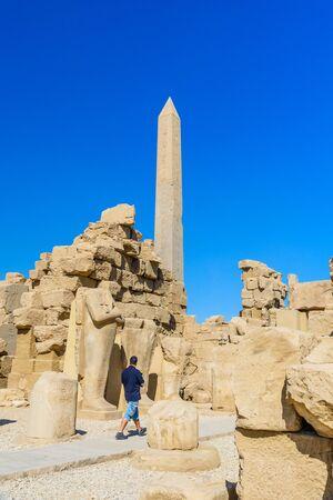 Granite obelisk against blue sky in Karnak temple. Luxor, Egypt. Imagens - 148102368
