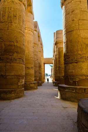 Lonely woman figure among the columns in great hypostyle hall of Karnak temple Stockfoto