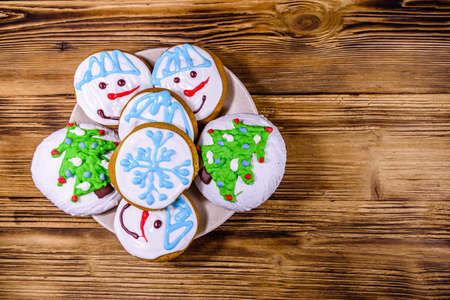 Christmas gingerbread cookies on a wooden table. Top view Banco de Imagens