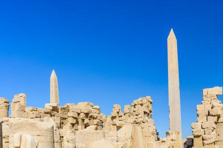 Granite obelisk against blue sky in Karnak temple. Luxor, Egypt. Standard-Bild