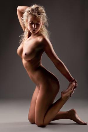 donne nude: donne nude su sfondo grigio