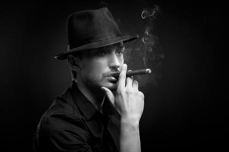 cigarro: Hombre con sombrero y cigarro en negro