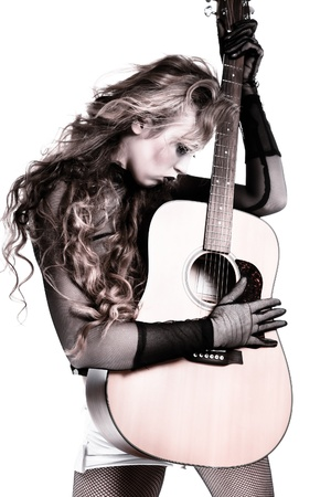 femme avec guitare: rockeuse avec guitare acoustique