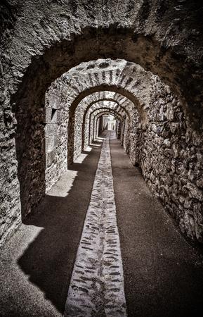 arcos de piedra: Largo pasaje bajo arcos de piedra del casco antiguo de Villefranche de Conflent en la regi�n de Catalu�a Conflent, departamento de Pirineos Orientales, Francia