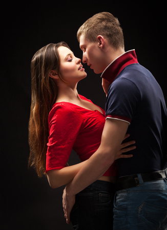 pareja apasionada: Retrato de una pareja apasionada, sobre fondo gris
