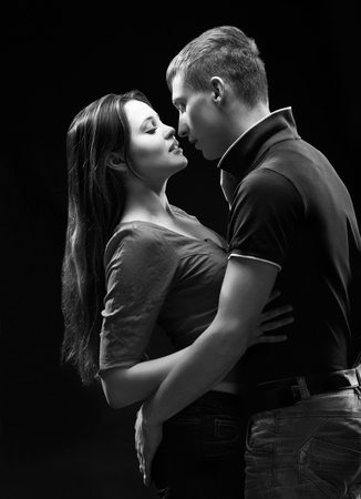 pareja apasionada: retrato monocromo de estudio de una pareja apasionada Foto de archivo