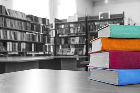 libros antiguos: Los libros en la biblioteca