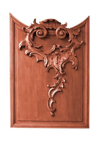 grecas: Fragmento del panel de madera decorativa (weinscot) con el ornamento (patrón) hecha por talla (calado) y la textura de la madera visible. Objeto se encuentra aislado en fondo blanco.