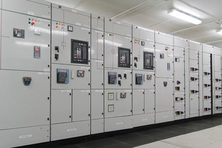 Subestación de distribución de energía eléctrica en una planta Foto de archivo