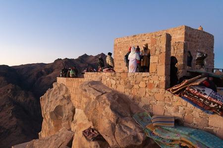 mount sinai: Peregrinos en la cima del Monte de Moisés a la espera de la salida del sol. Egipto, la Península del Sinaí.