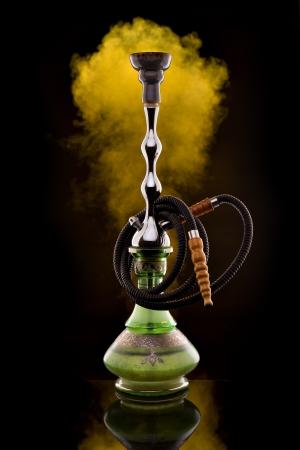 Shisha mit Farbe Rauch auf schwarz