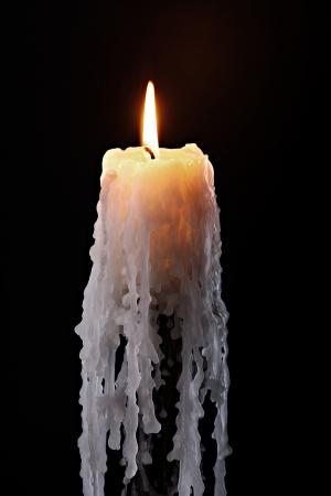 bougie: Flamme d'une bougie unique sur fond noir