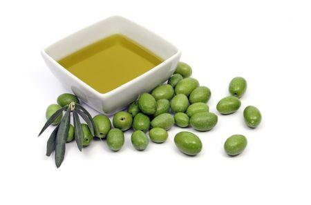 aceite de cocina: El aceite de oliva y aceitunas verdes  Foto de archivo