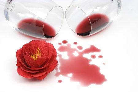 camellia: Camellia fiori e vino rosso su sfondo bianco