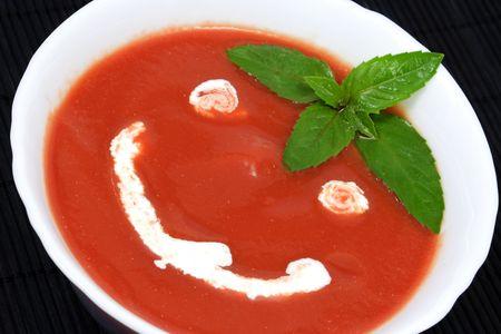 Tomatensoep met zure room en basilicum blaadjes als decoratie Stockfoto - 3414948