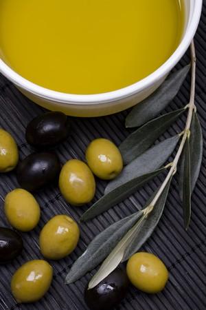 aceite de oliva: Aceite de oliva virgen extra con aceituna verde y negro Foto de archivo