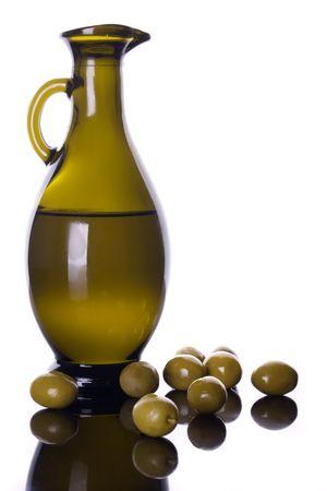 aceite de oliva: Botella de aceite de oliva con aceitunas verdes aisladas sobre fondo blanco