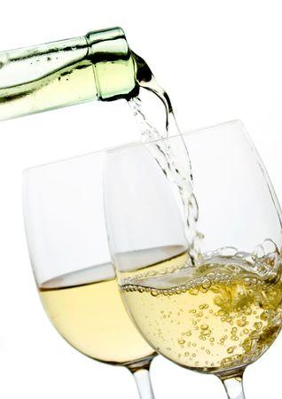 wei?wein: Zwei Gl�ser Wein isoliert auf wei�em Hintergrund