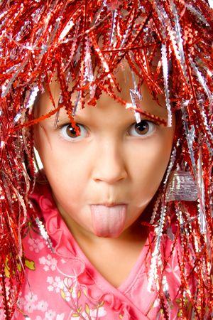 Jovencita con peluca de carnaval mostrando su lengua Foto de archivo - 5596759
