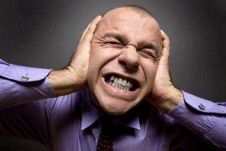 ruido: Hombre en el dolor, la celebraci�n de las manos sobre su cabeza