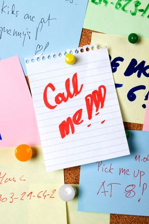 noteboard: Note saying call me pinned on cork notice board Stock Photo